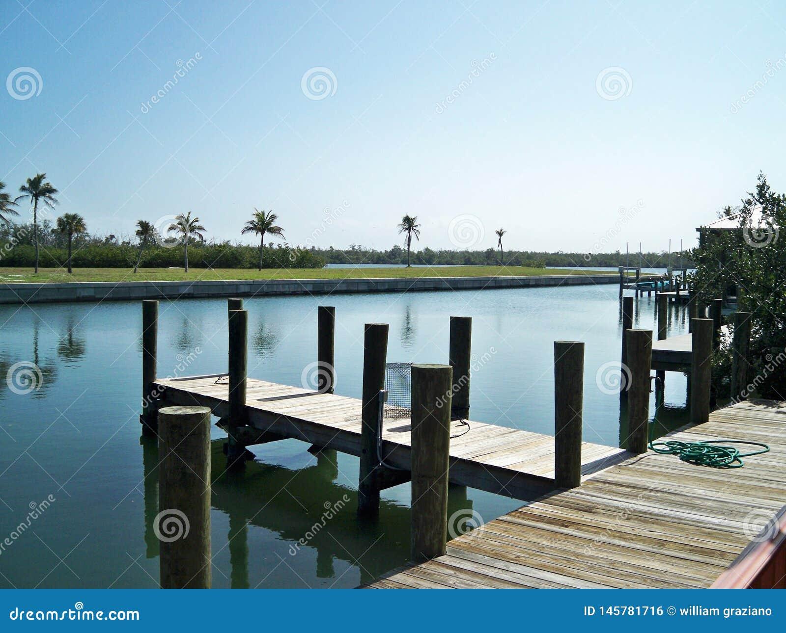 Dok op het water op prettige zonnige dag