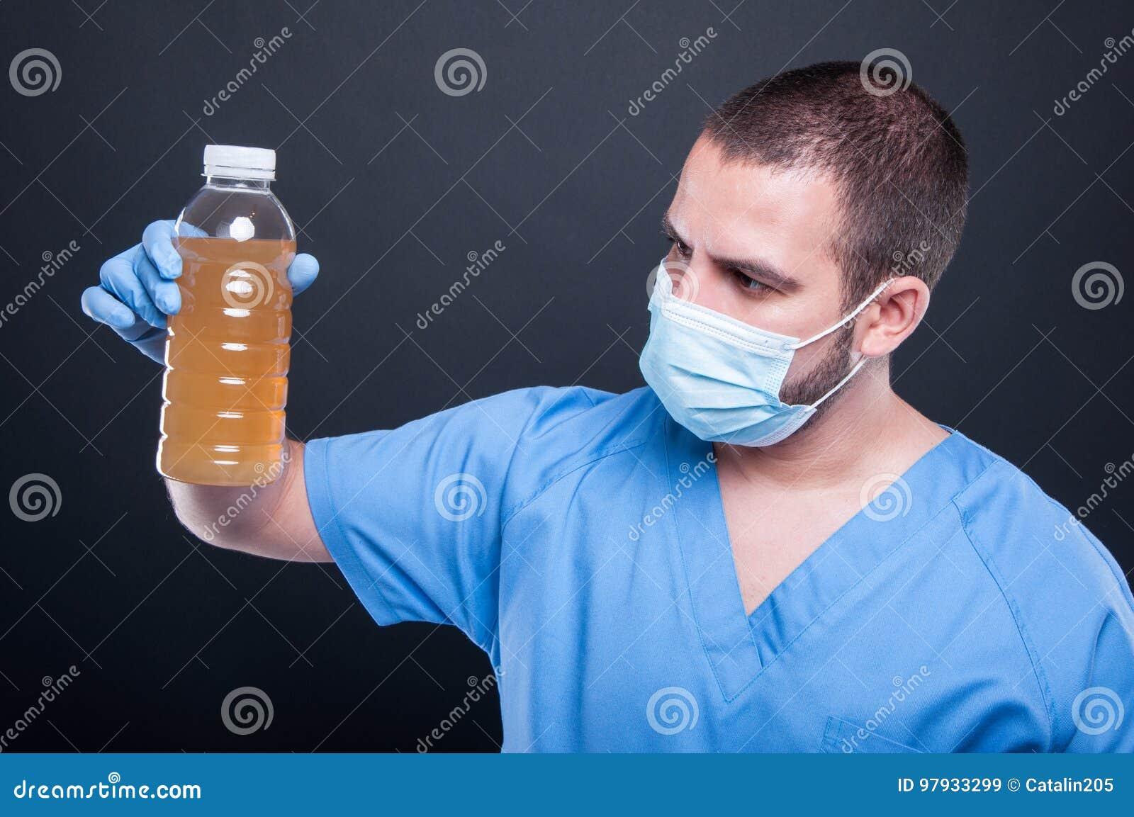 Dokter die de holdings niet drinkbaar water dragen van het gezichtsmasker