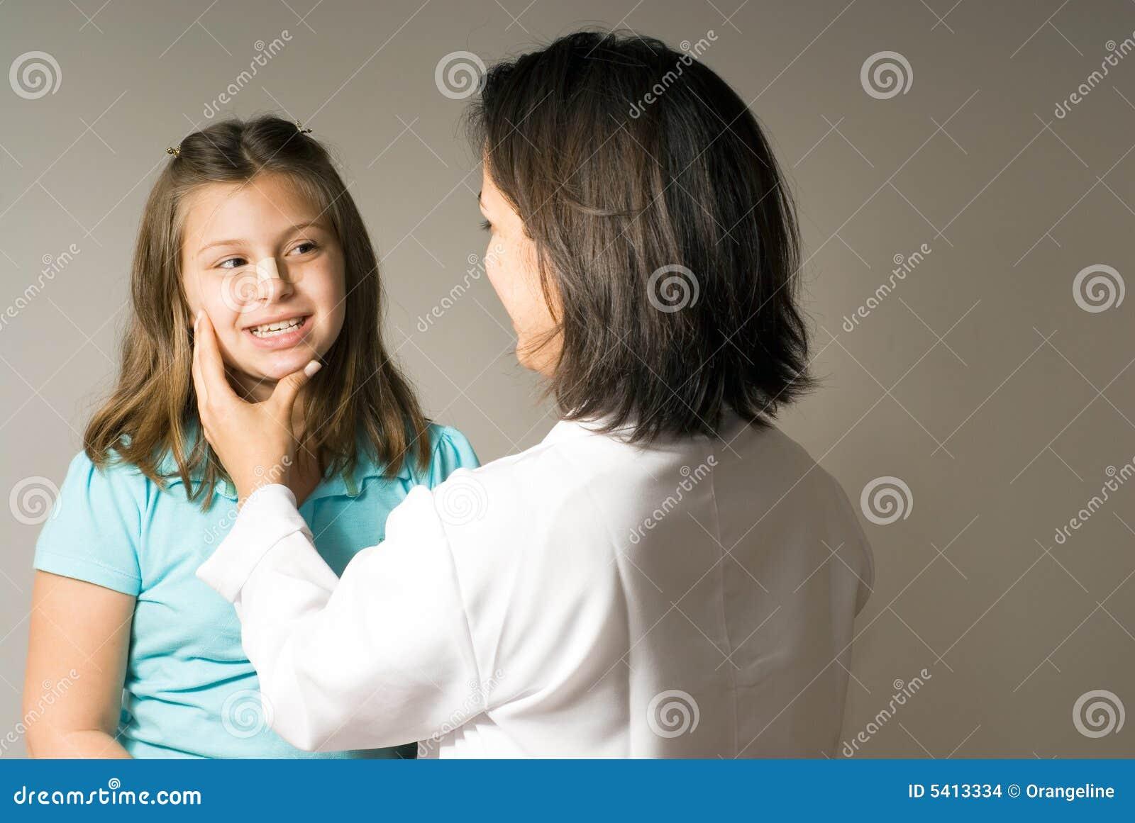 Doktor bada twarzy dziewczyny jest poziomy