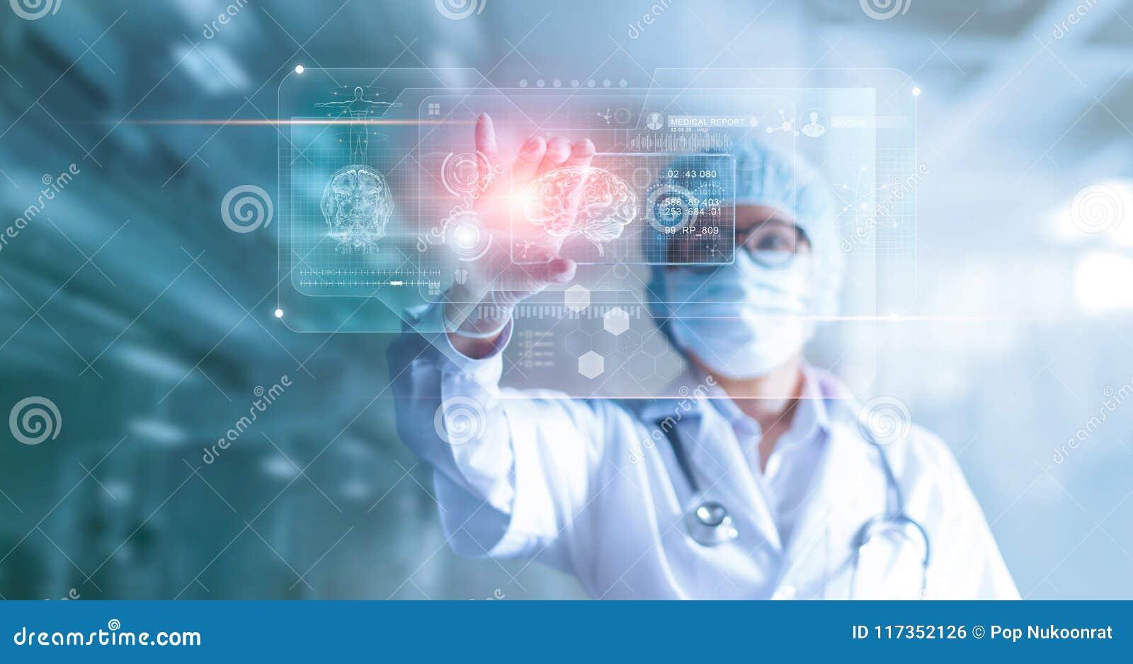 Doktor, Chirurg, der geduldiges GehirnTestergebnis analysieren und Mensch