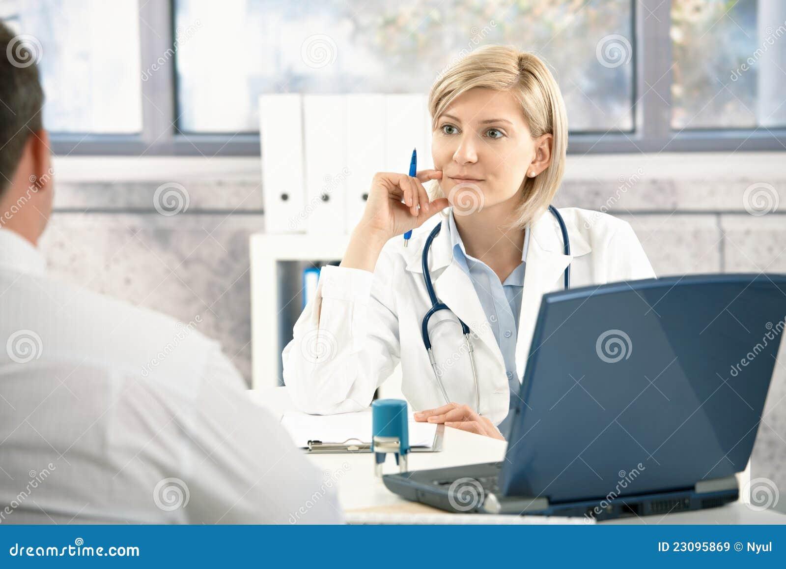 Doktor, der auf Patienten hört