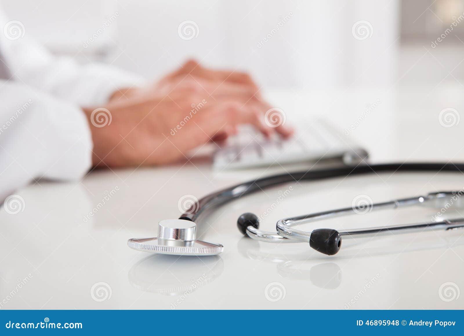 Doktor, der auf Tastatur schreibt