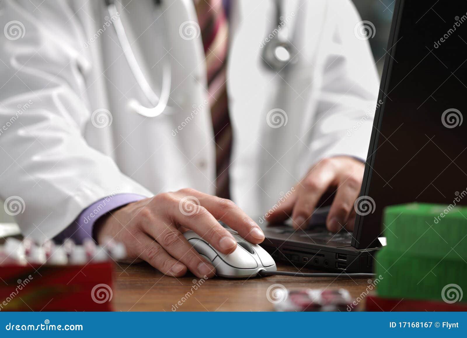 Doktor, der Computer verwendet