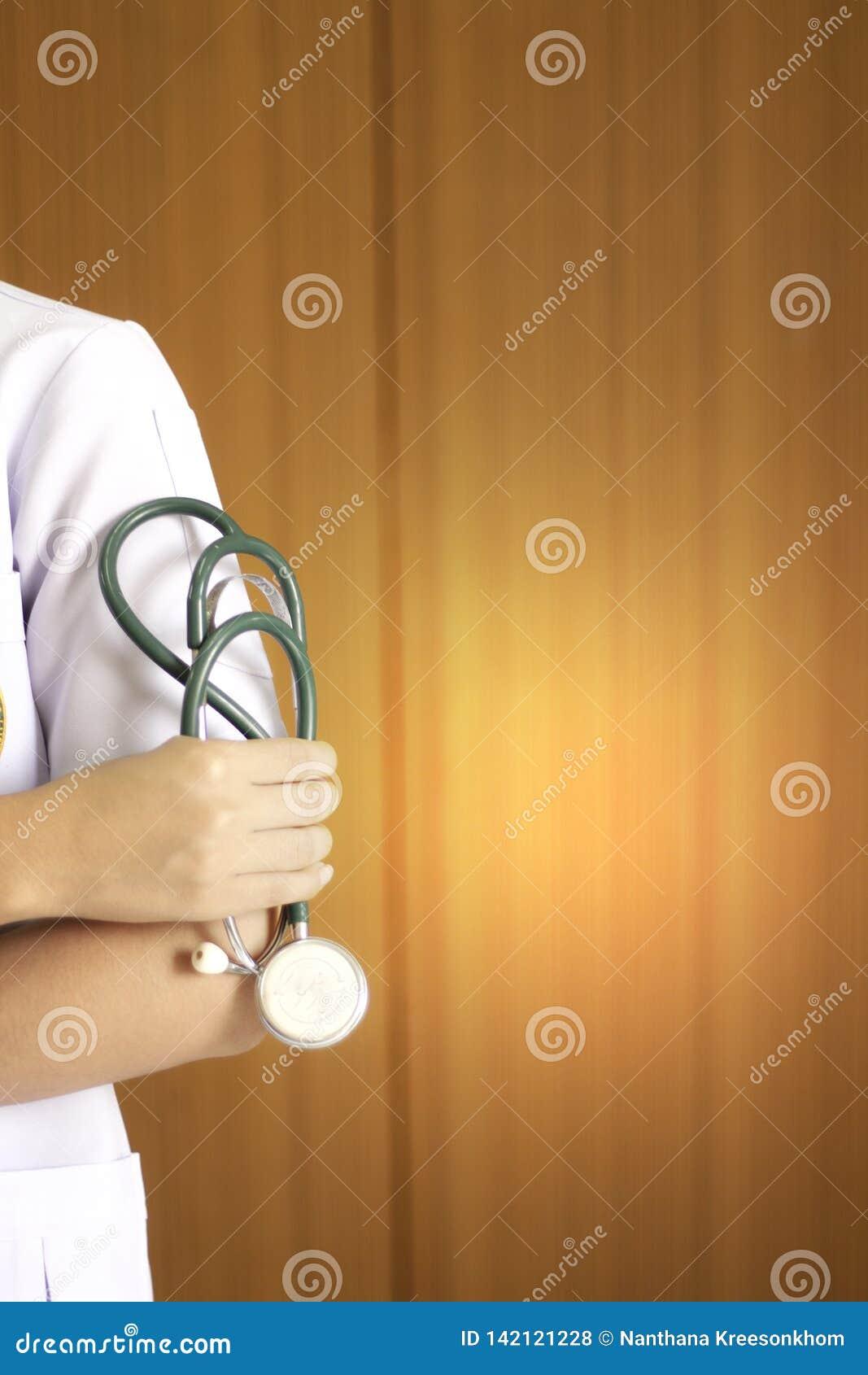 Doktor, der das Kopfhörerwerkzeug hält