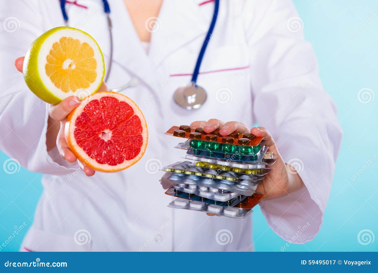 Doktor, der die chemischen und natürlichen Vitamine anbietet