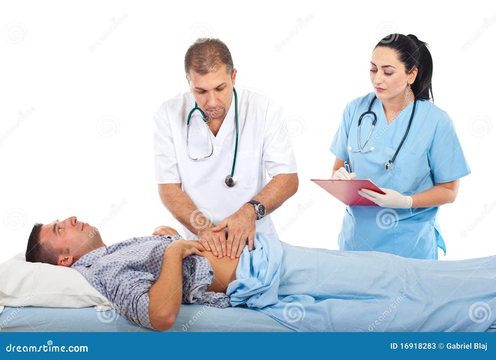Doktor, der geduldiges Abdomen palpating ist