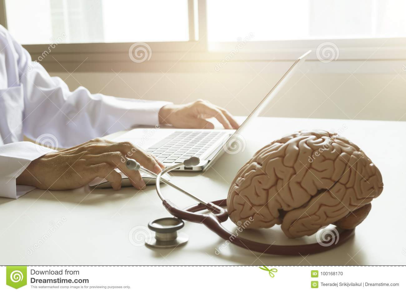 Doktor, der Laptop-Computer verwendet