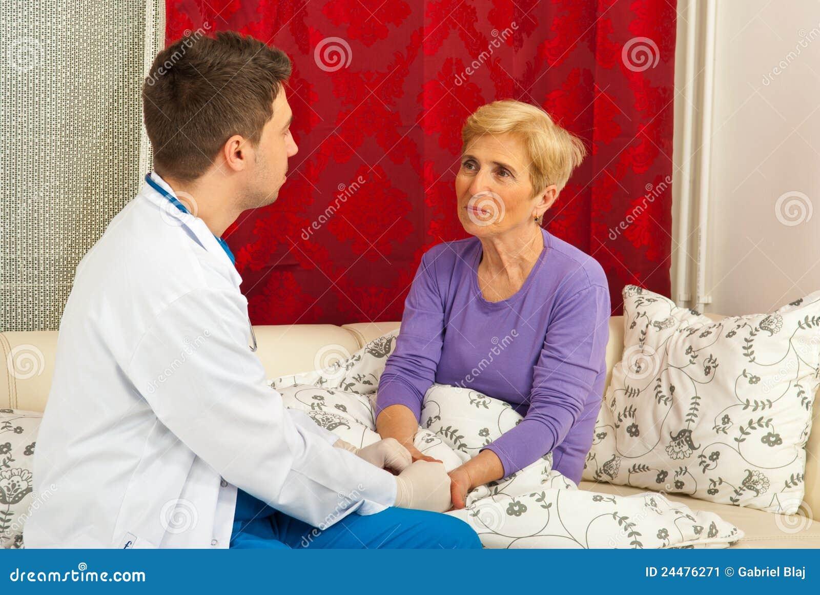 Doktor, der mit geduldigem Haus spricht