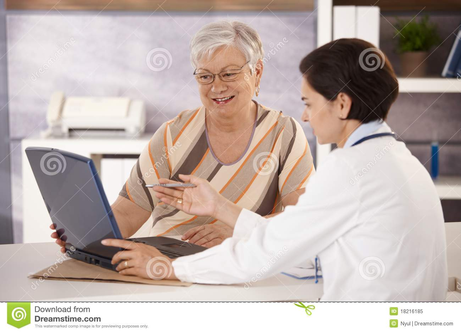 Doktor, der Patienten erklärt