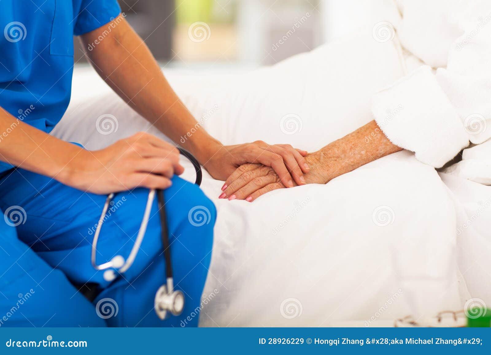Doktor, der Patienten tröstet