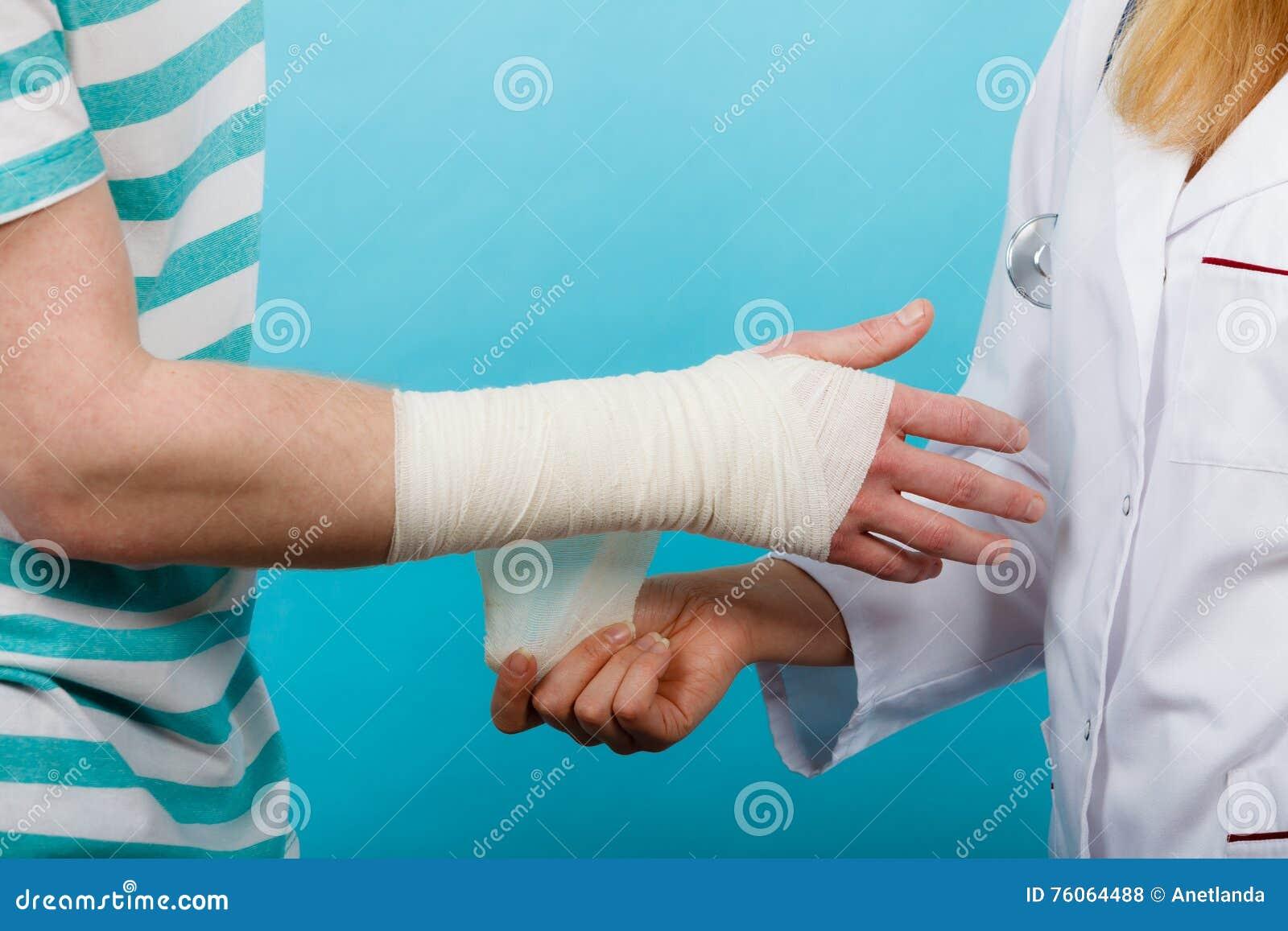 Doktor Der Verstauchtes Handgelenk Verbindet Stockfoto Bild Von