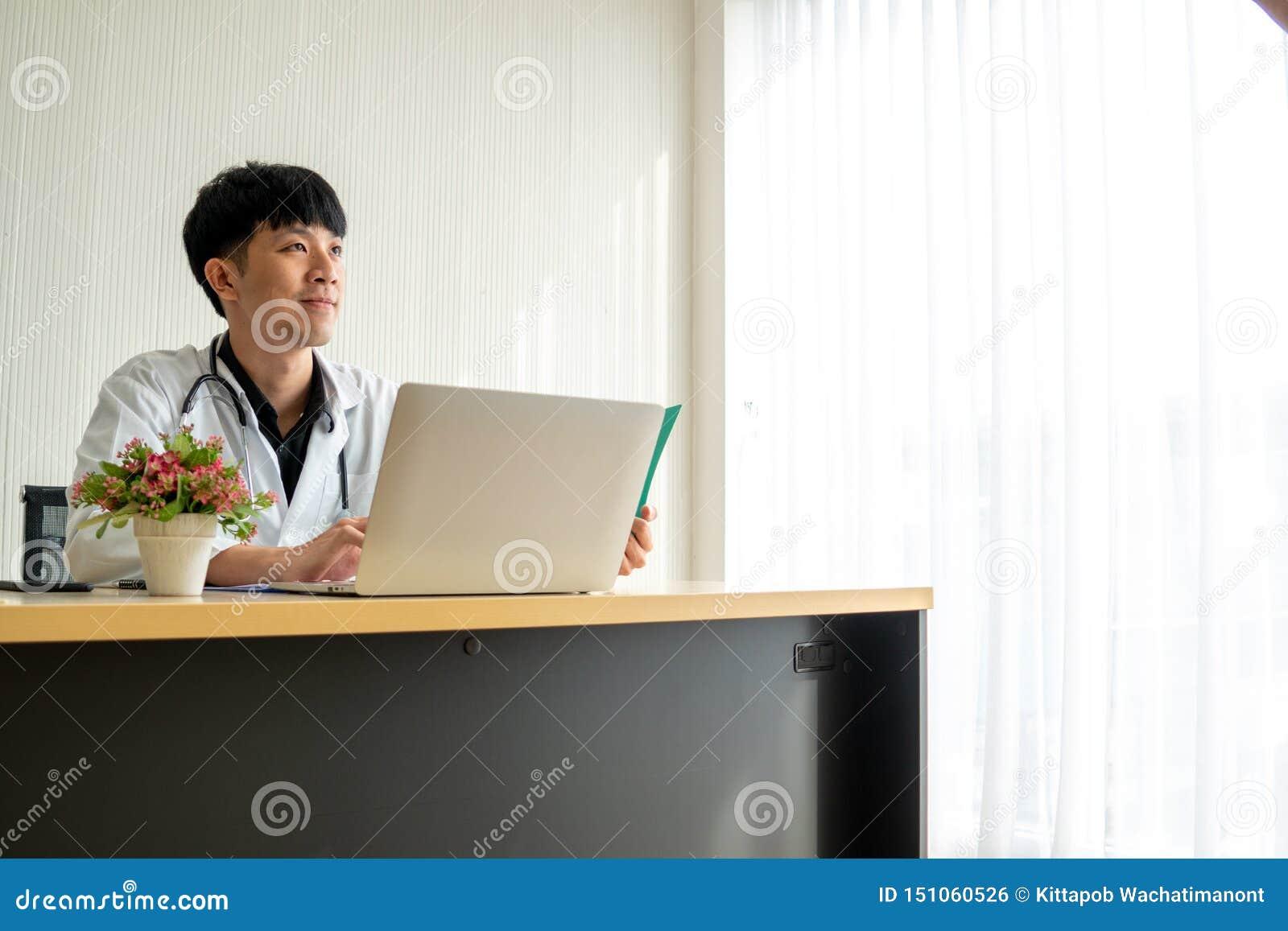 Doktor des jungen Mannes liest die Patientenakte und Fühlung, die in seinem Denken auf seinem Arbeitsschreibtisch überzeugt sind