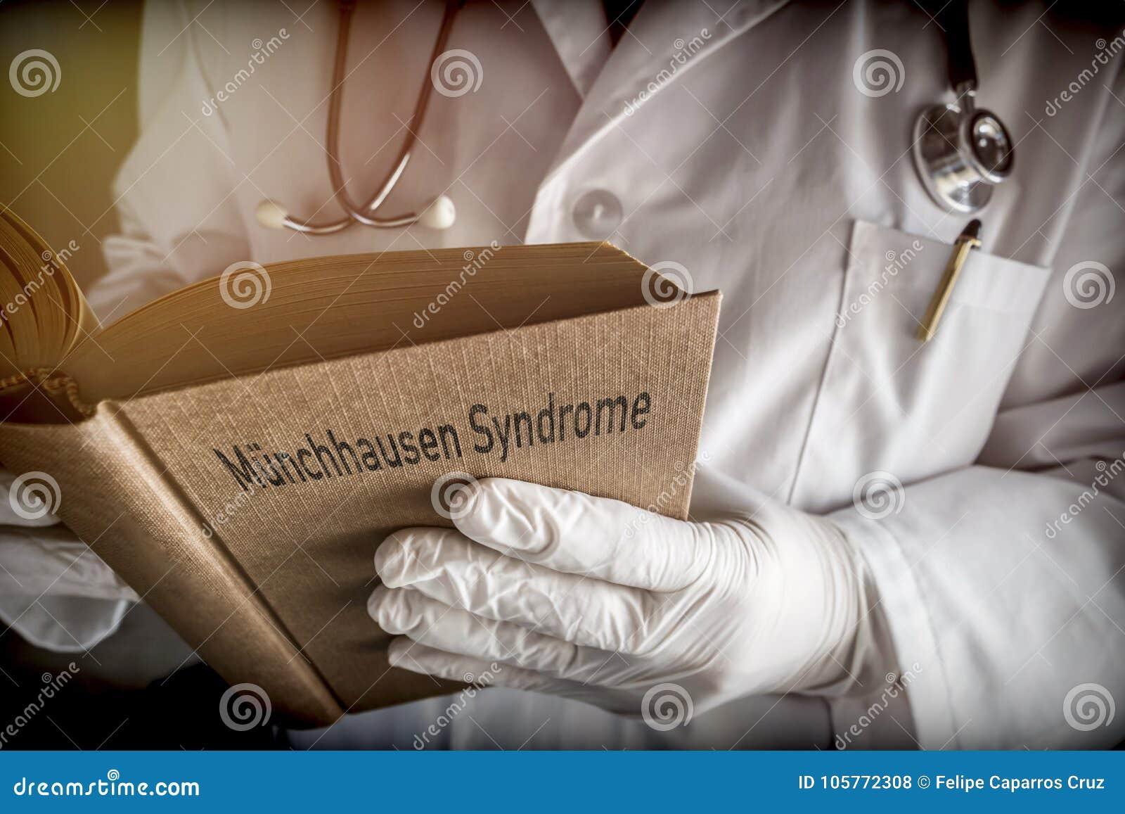 Doktor hält in einem Munchausen-Syndrombuch in einem Krankenhaus