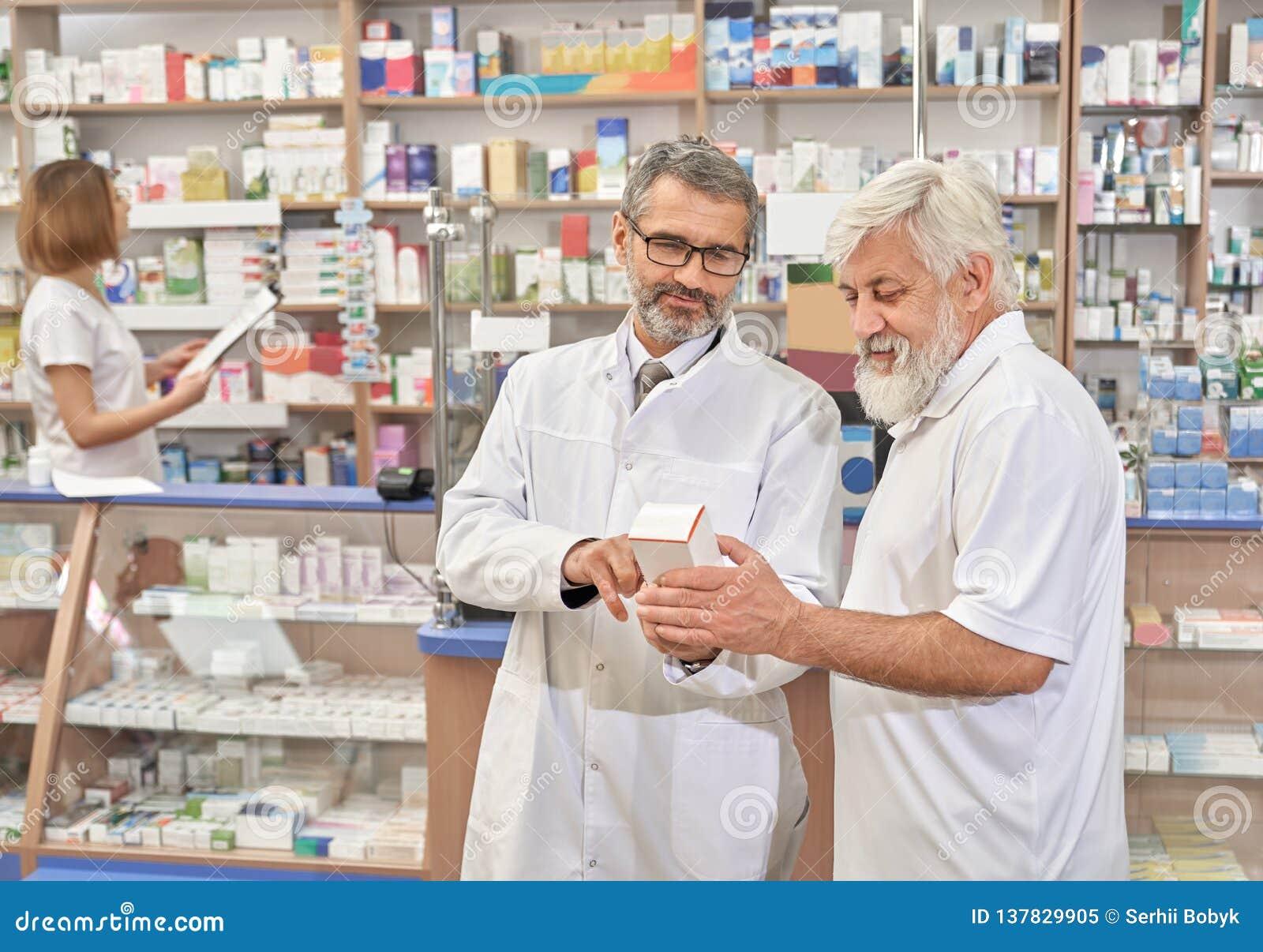 Doktor helfendes pansioner mit Wahl von Medizin
