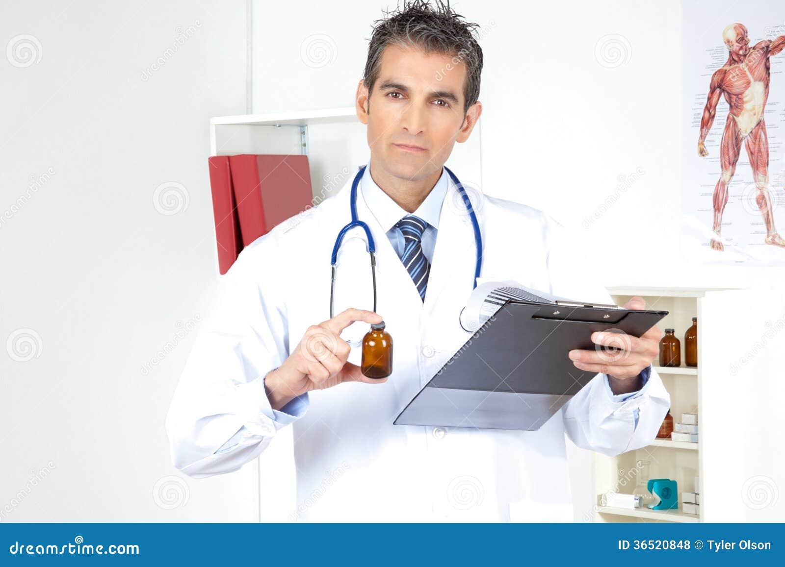 Doktor Holding Clipboard och flaska