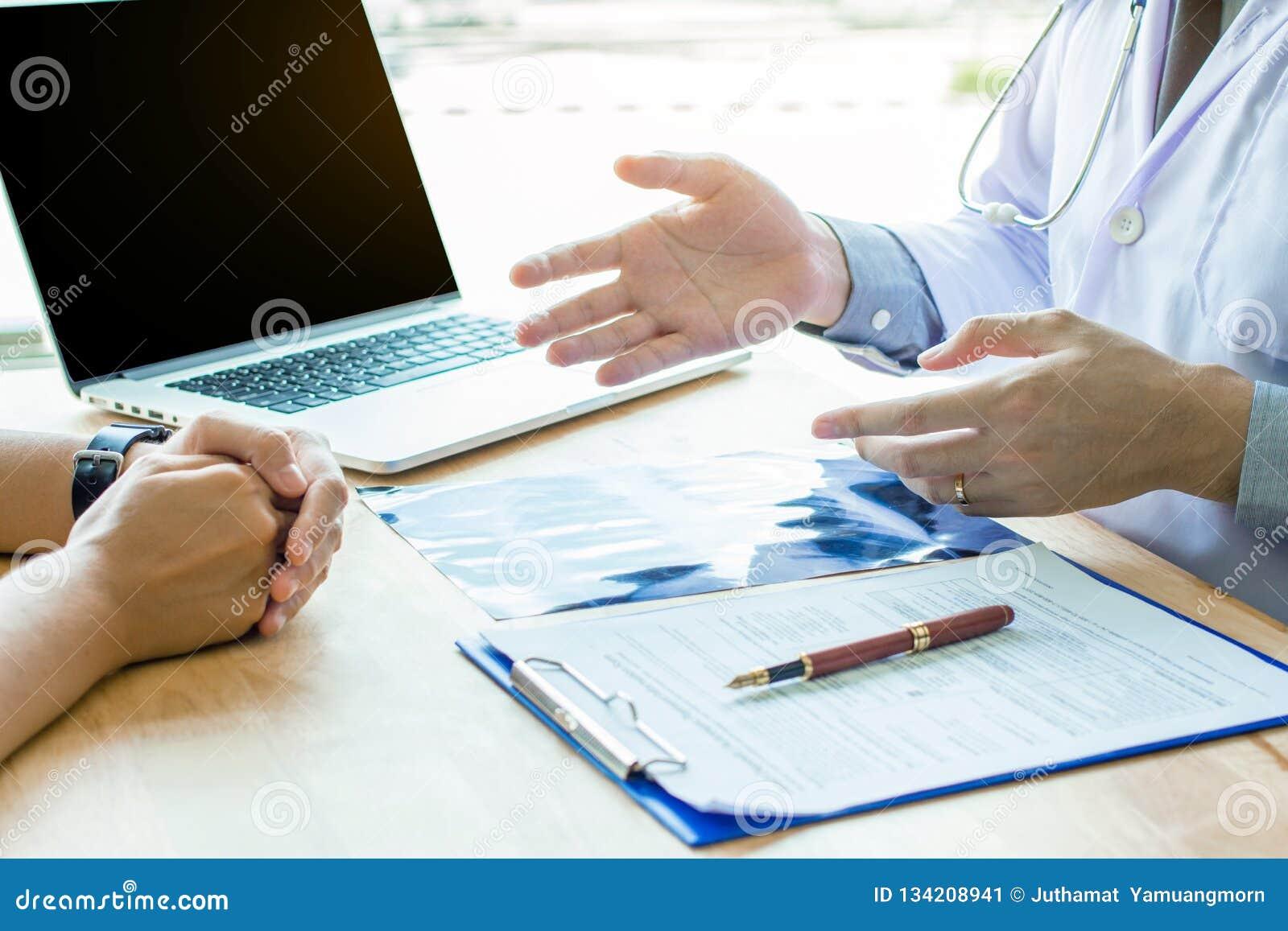 Doktor Holding Pens und Förderungs-Patienten, Krebs behandelnd und führen ein,