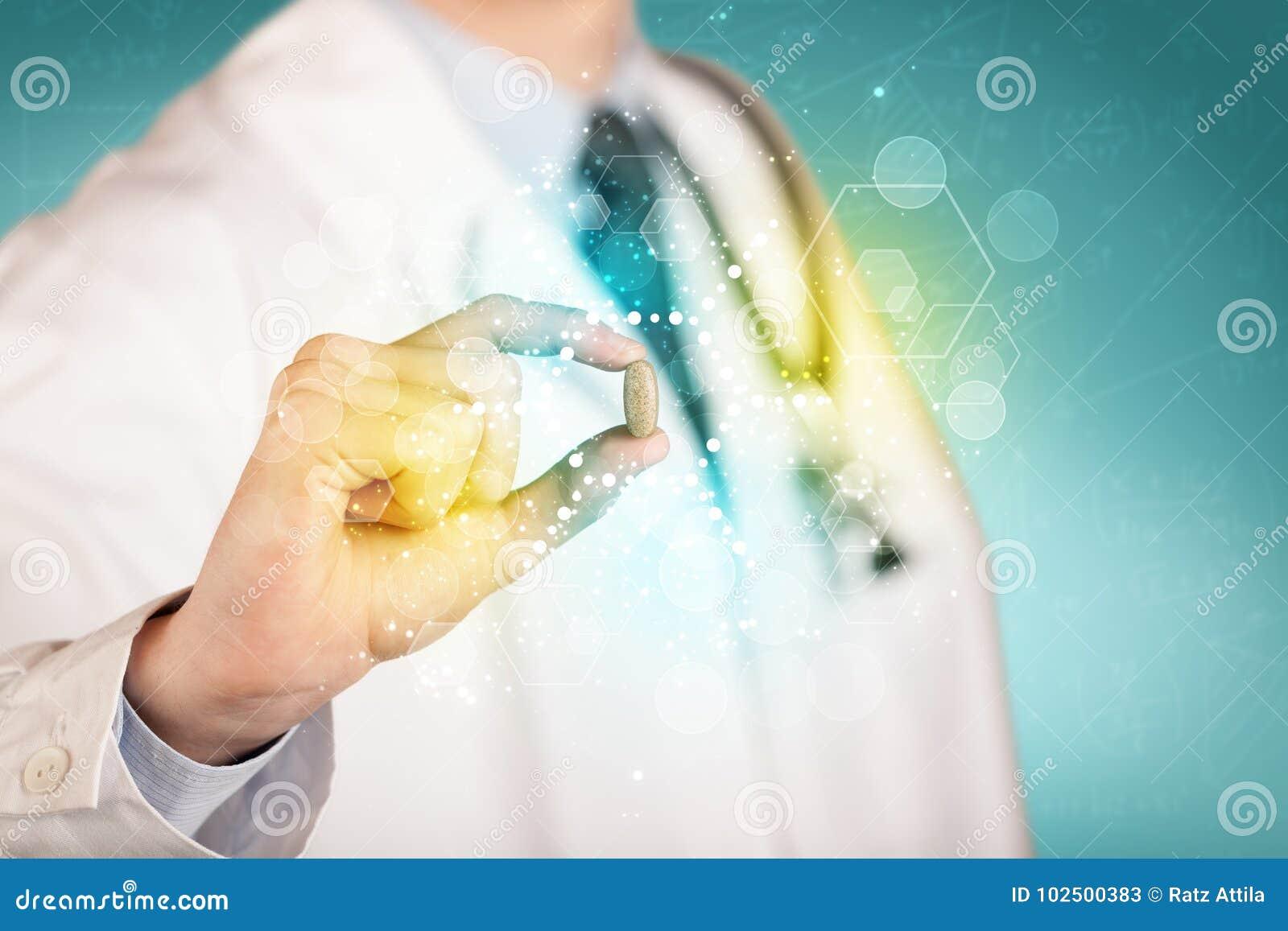 Doktor im weißen Mantel mit einem Stethoskop, das eine Pille mit glühenden bunten Punkten und Linien hält