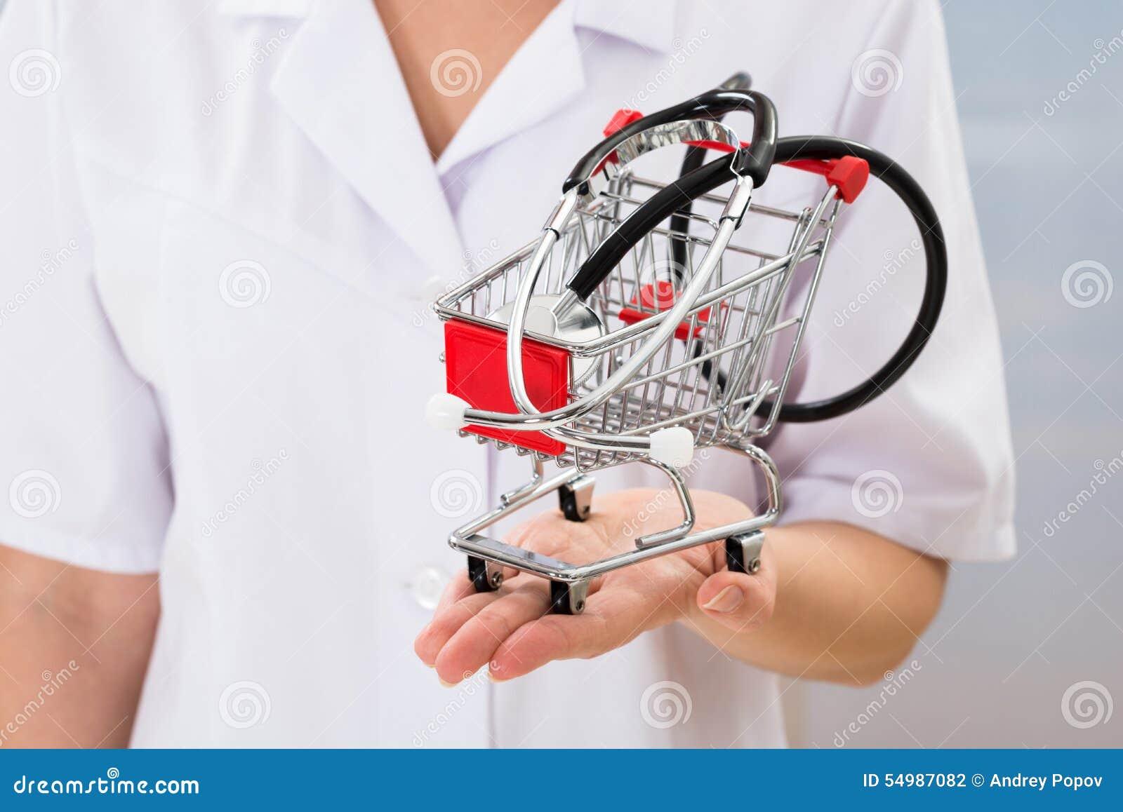 Doktor med den lilla shoppingvagnen och stetoskopet