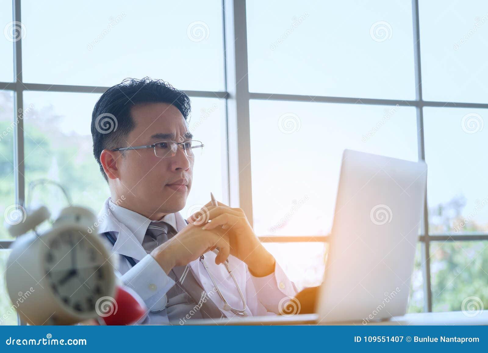 Doktor med funktionsduglig handstil för stetoskop på skrivbordsarbete med clipbo