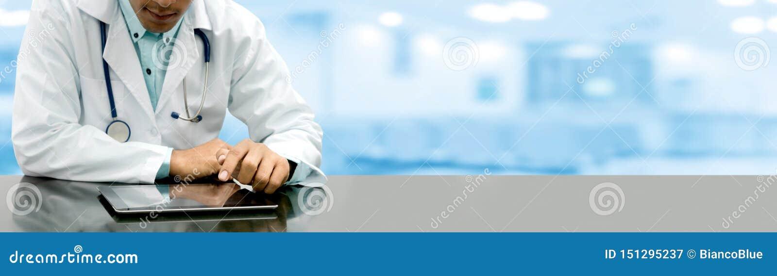 Doktor med minnestavladatoren p? sjukhuskontoret