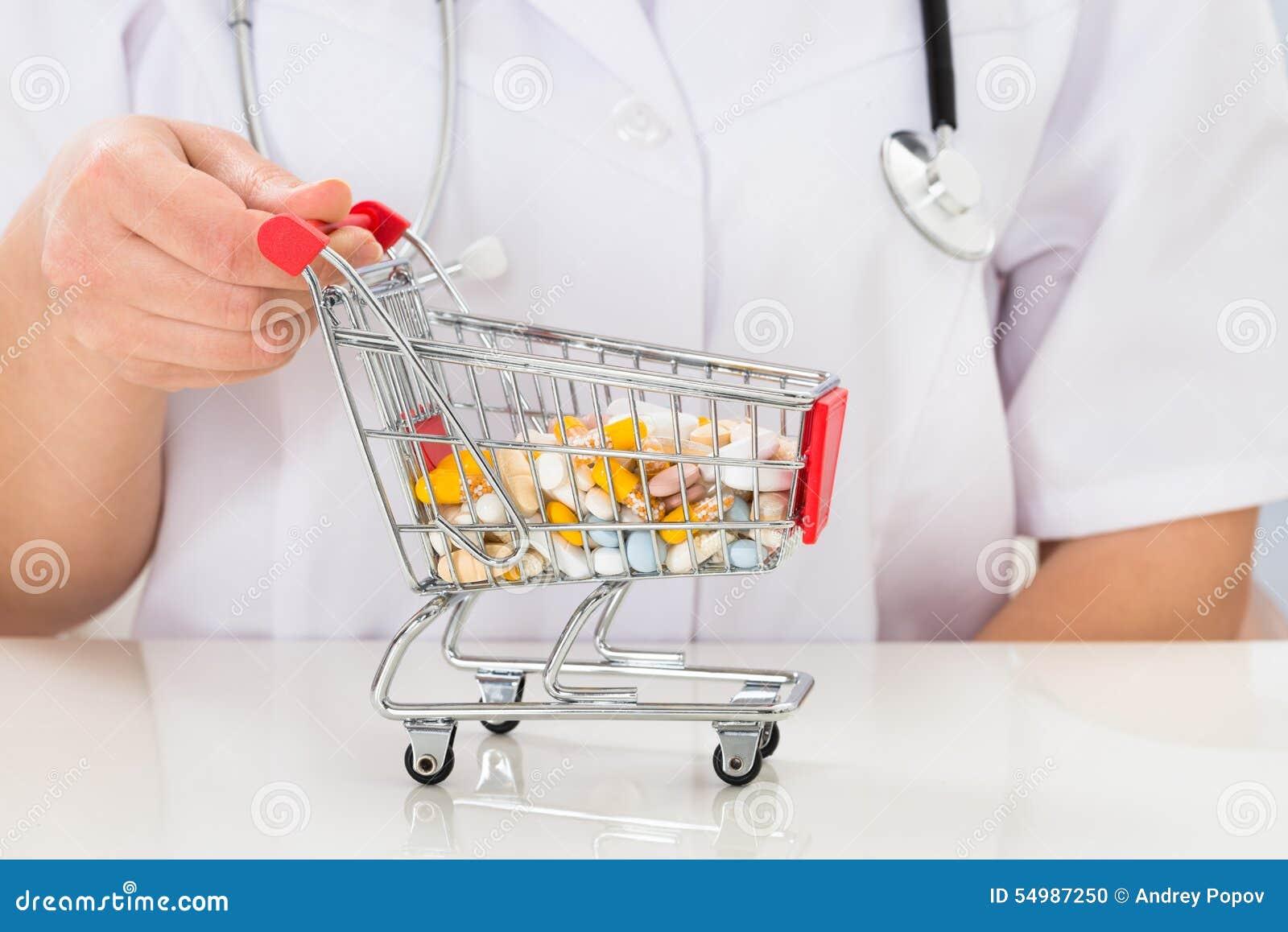 Doktor med shoppingvagnen mycket av preventivpillerar