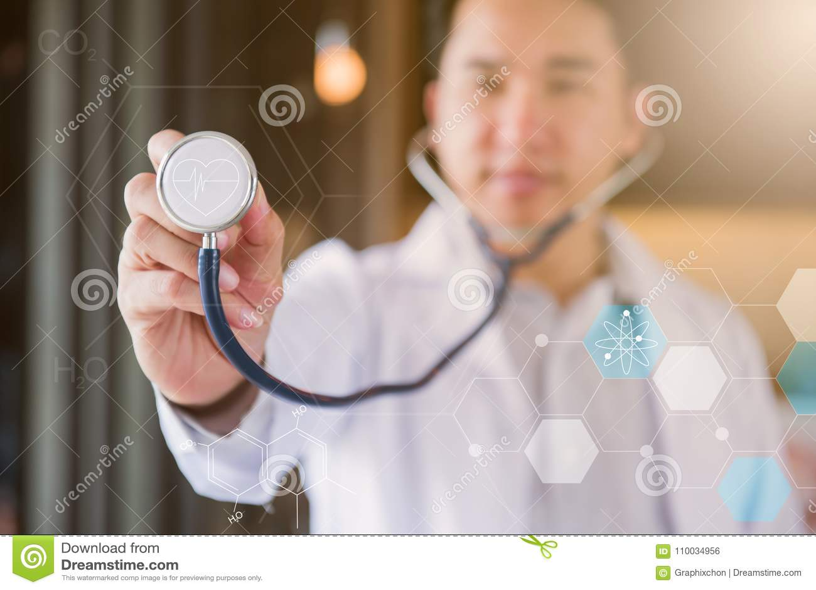 Doktor mit Herz-Krankheits-Kontrolleur