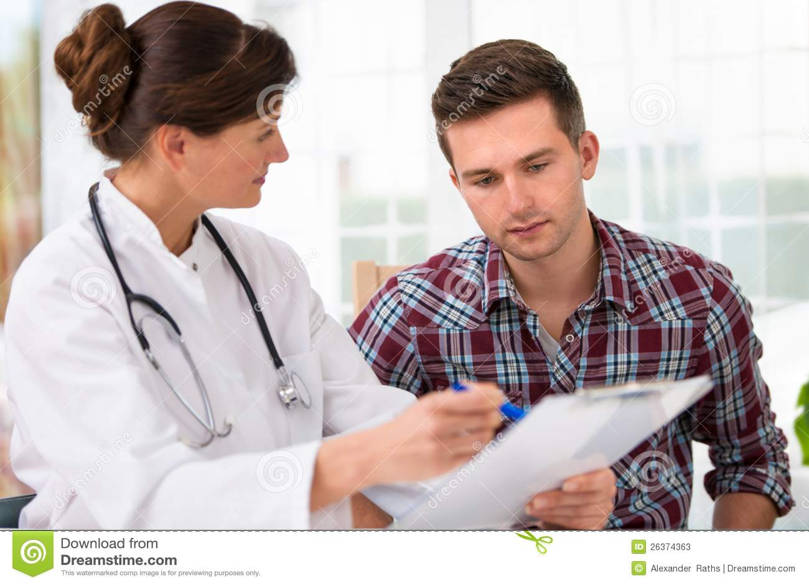 Doktor mit männlichem Patienten