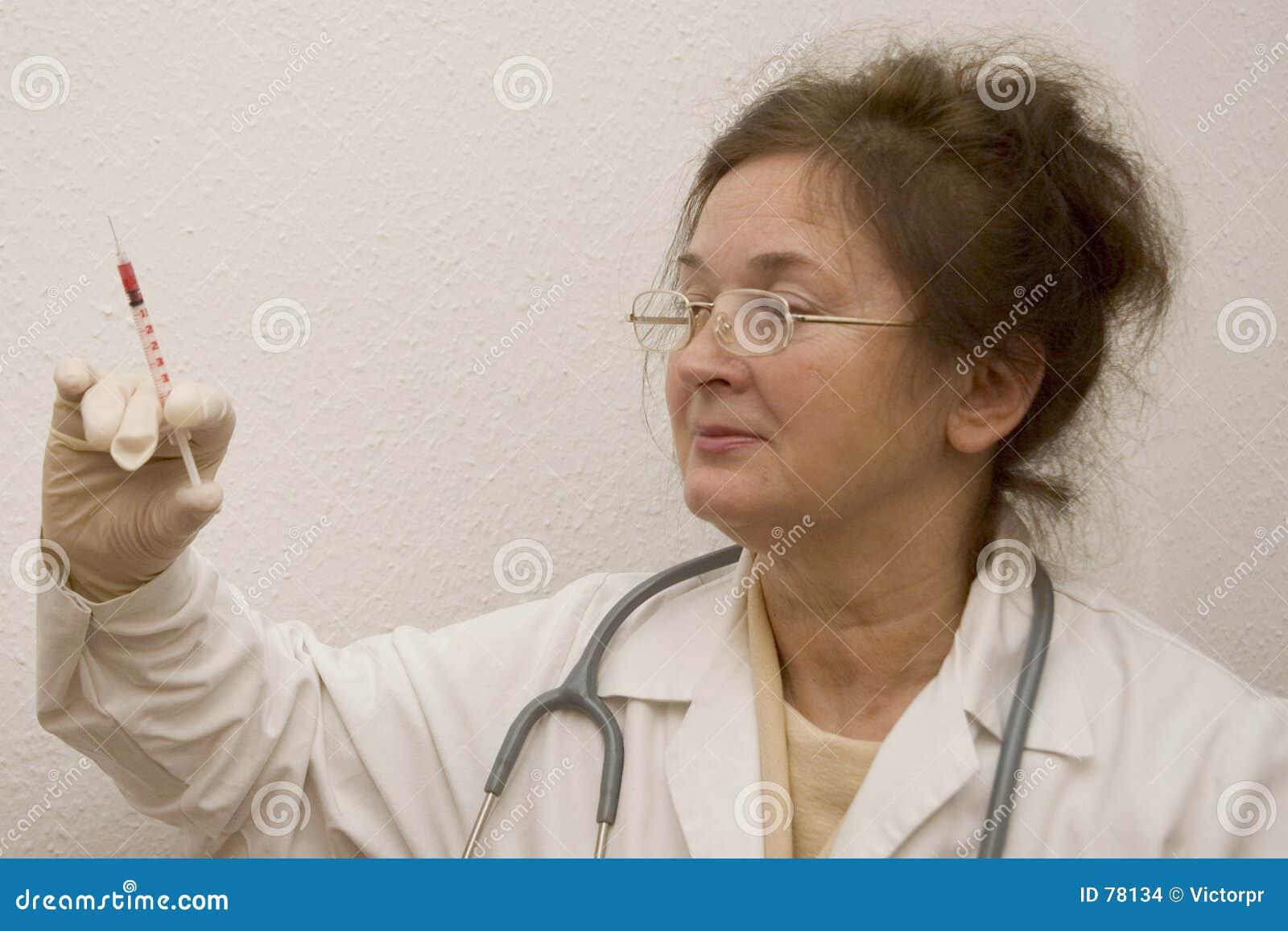 Doktor mit Spritze