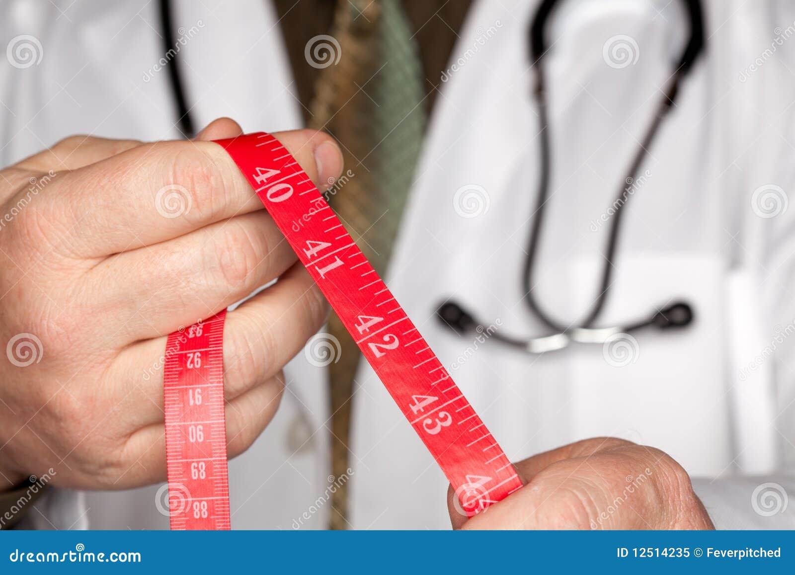 Doktor mit Stethoskop-Holding-messendem Band
