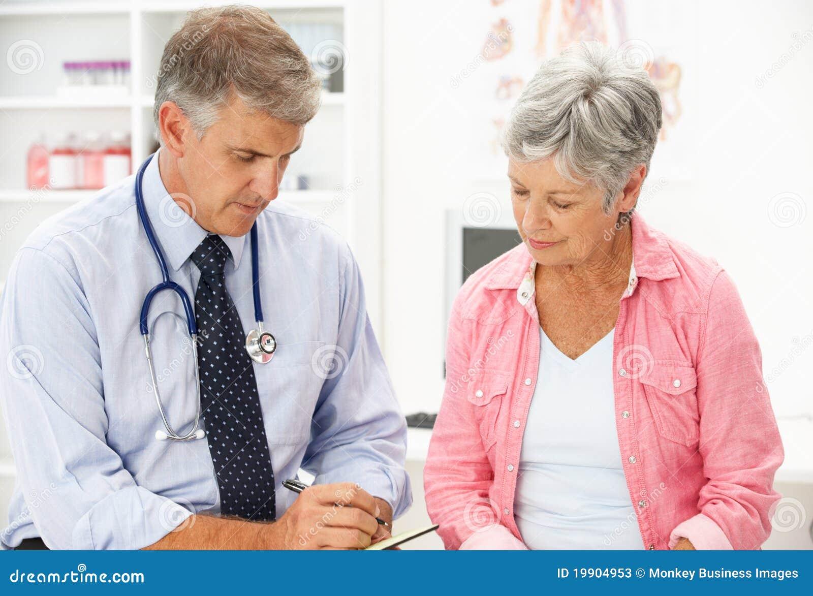 Doktor mit weiblichem Patienten