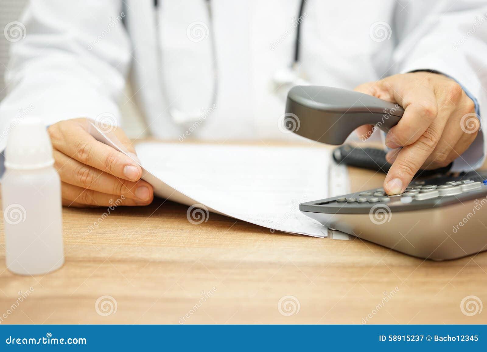 Doktor ruft Patienten an, nachdem Sie bestimmen Sie gelesen haben
