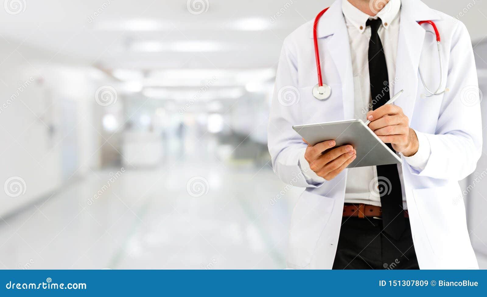Doktor som anv?nder minnestavladatoren p? sjukhuset