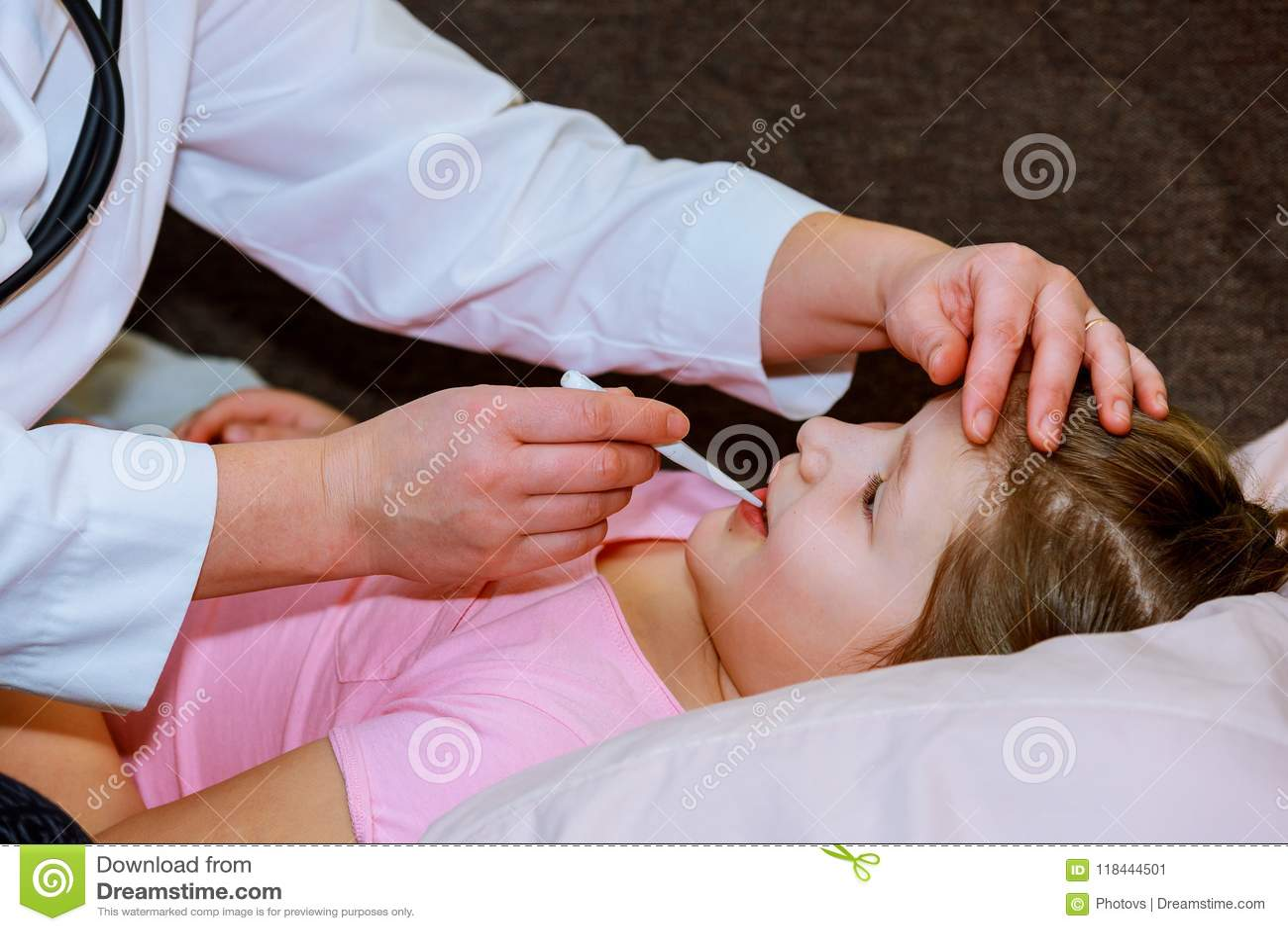 Doktor som kontrollerar liten girl& x27; s-temperatur, medicinsk examen, barn och medicinbegrepp