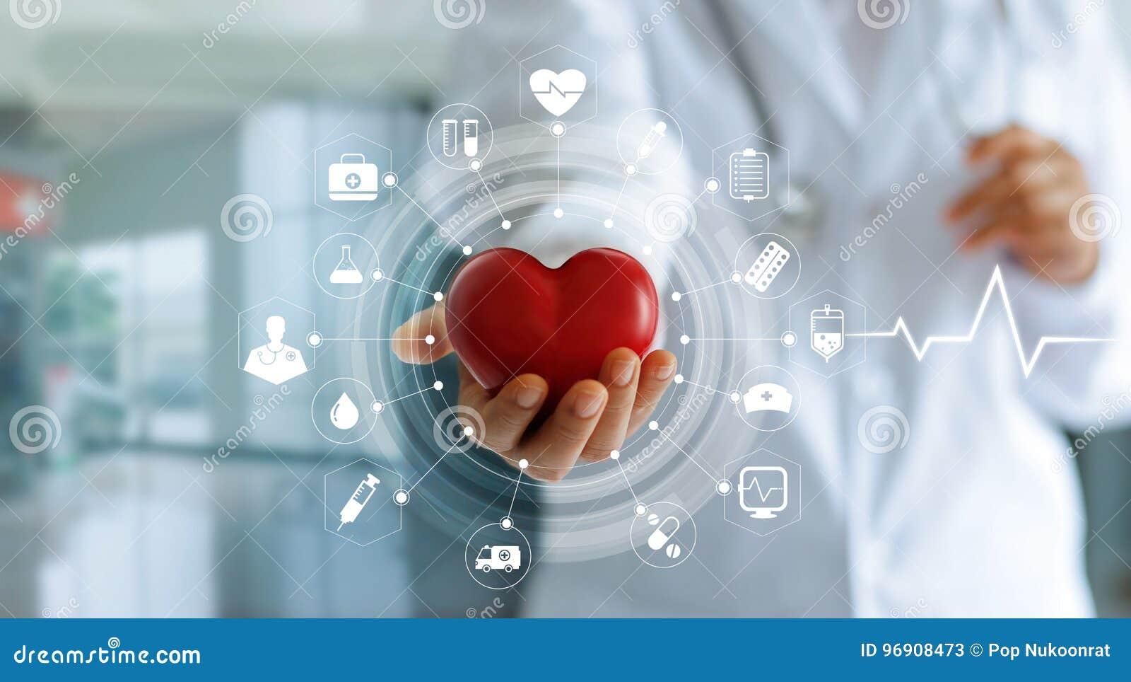 Doktor som rymmer röd hjärtaform i hand- och symbolsläkarundersökning