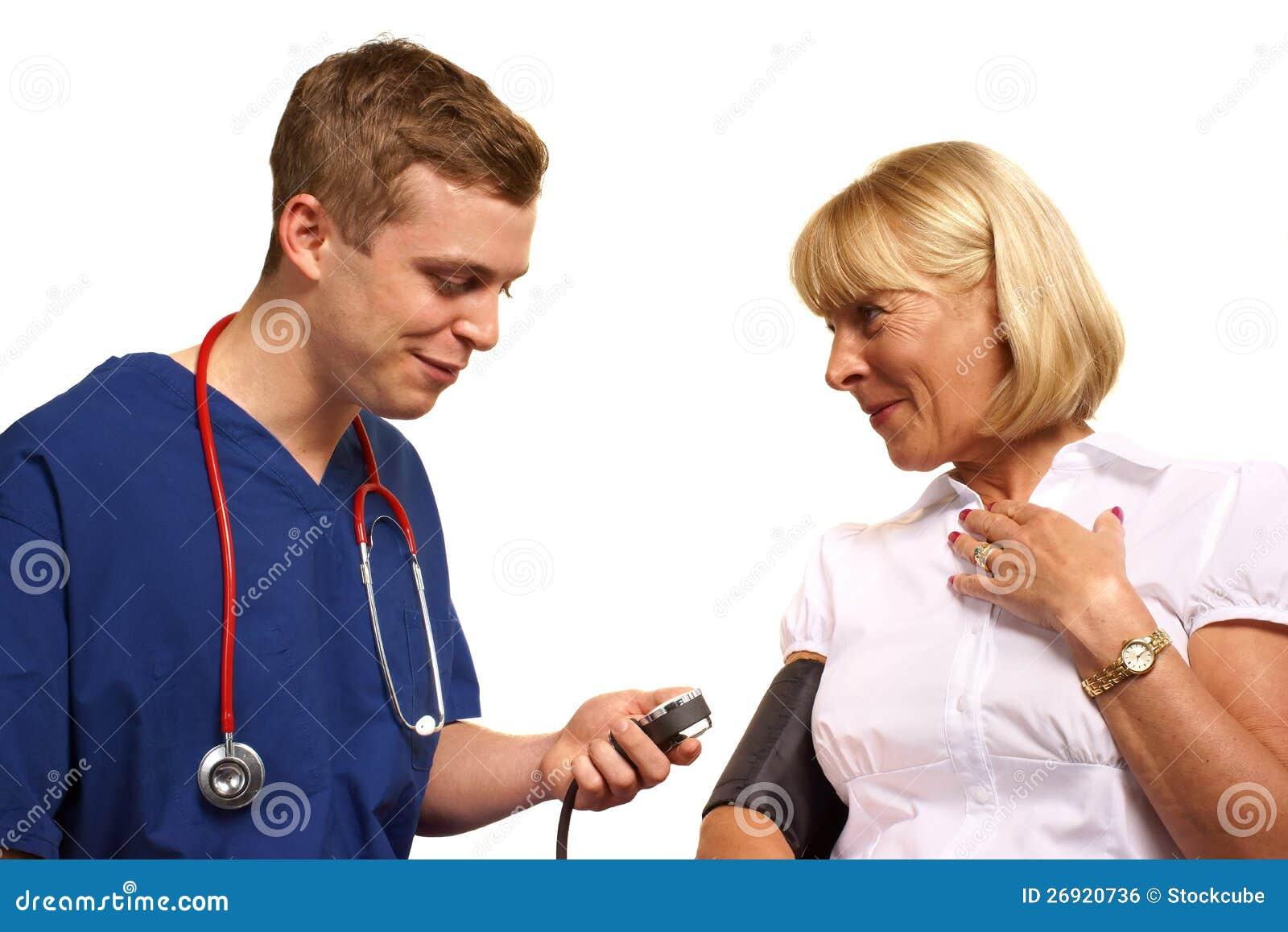 Doktor som tar blodtryck av tålmodign