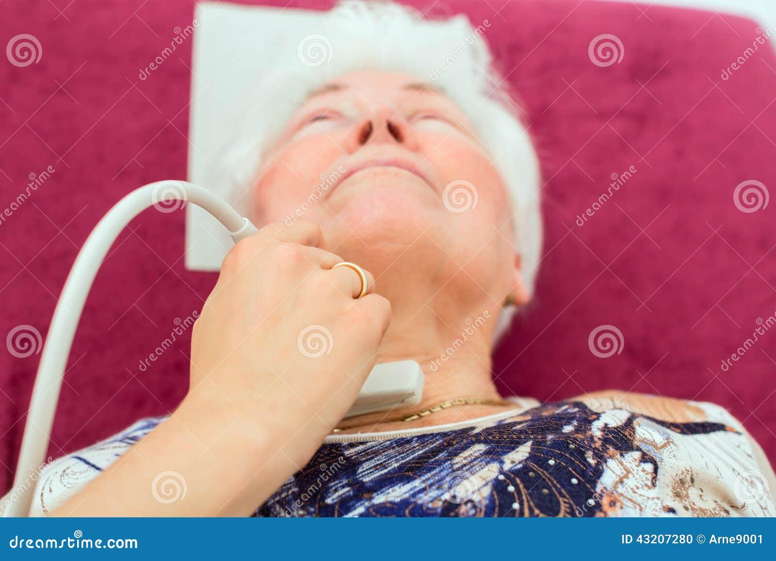 Download Doktor Som Undersöker Den Höga Patienten Med Ultraljuds- Arkivfoto - Bild av provning, tålmodig: 43207280