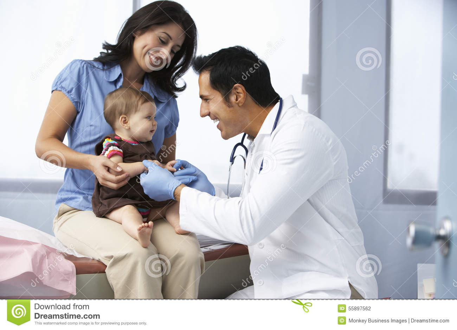 Doktor In Surgery Examining behandla som ett barn flickan