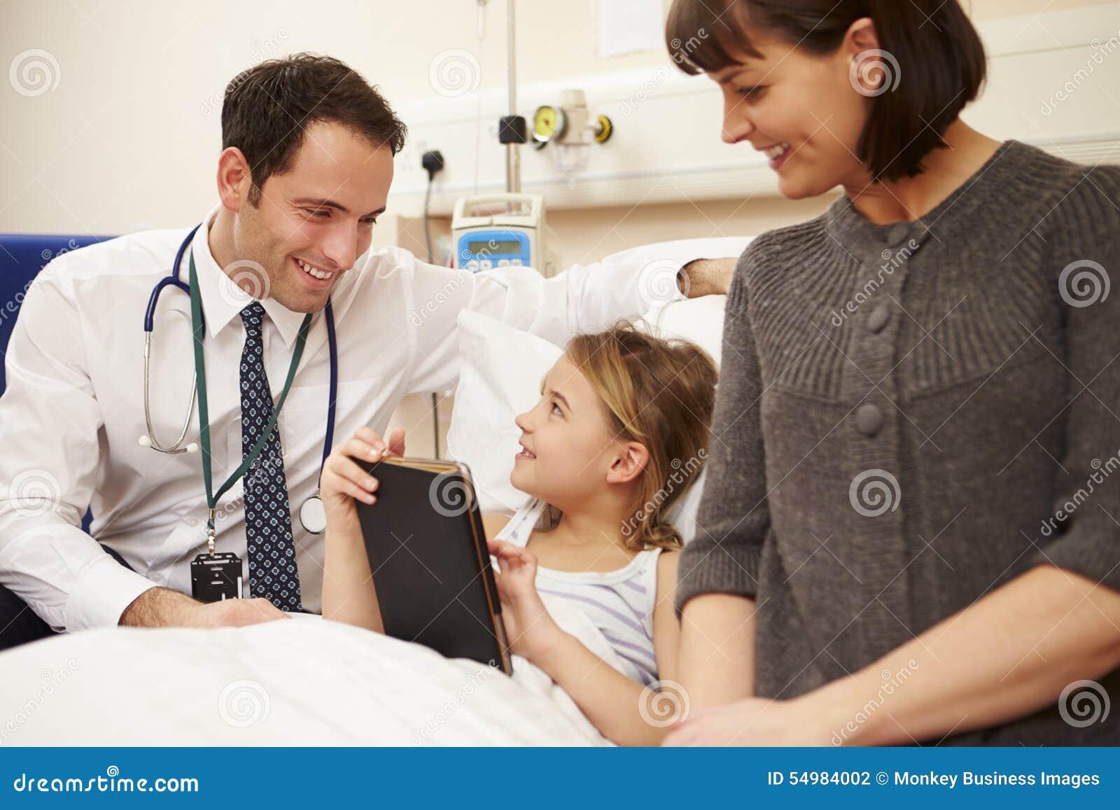 Doktor Talking To Mother och dotter i sjukhussäng