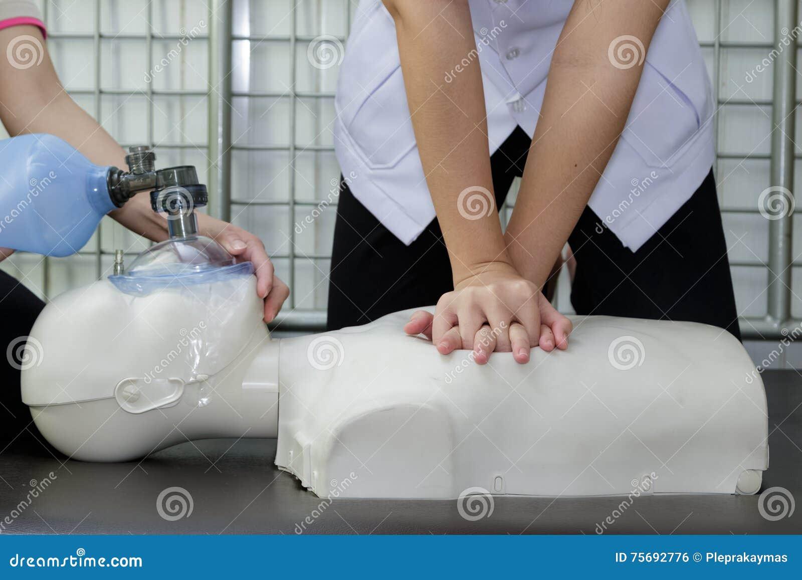 Doktor und Krankenschwester wiederbelebter Patient