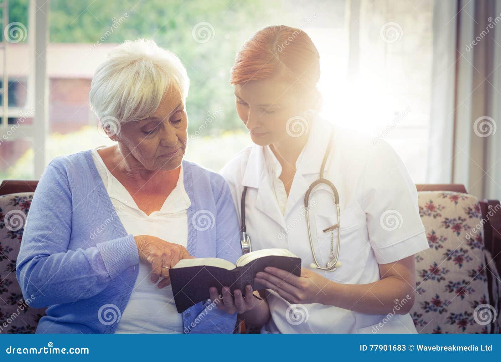 Doktor und Patient, die ein Buch lesen