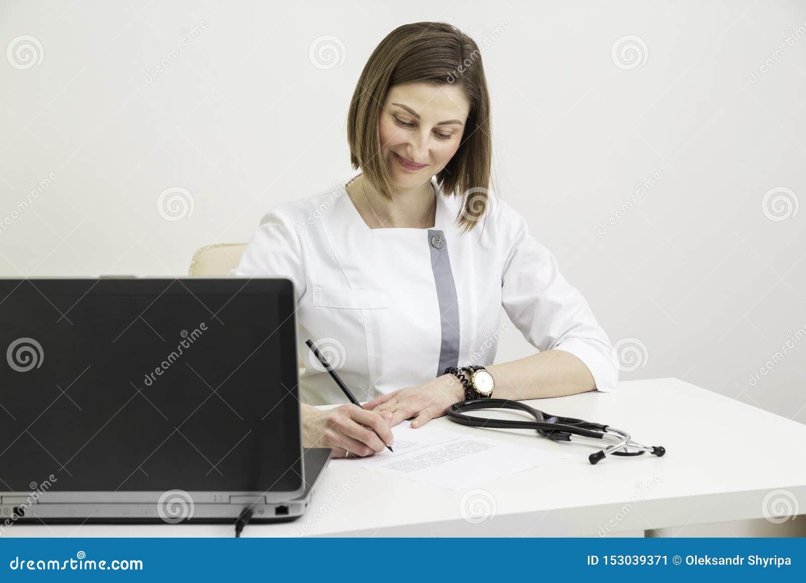 Doktor Woman Writes eine Verordnung