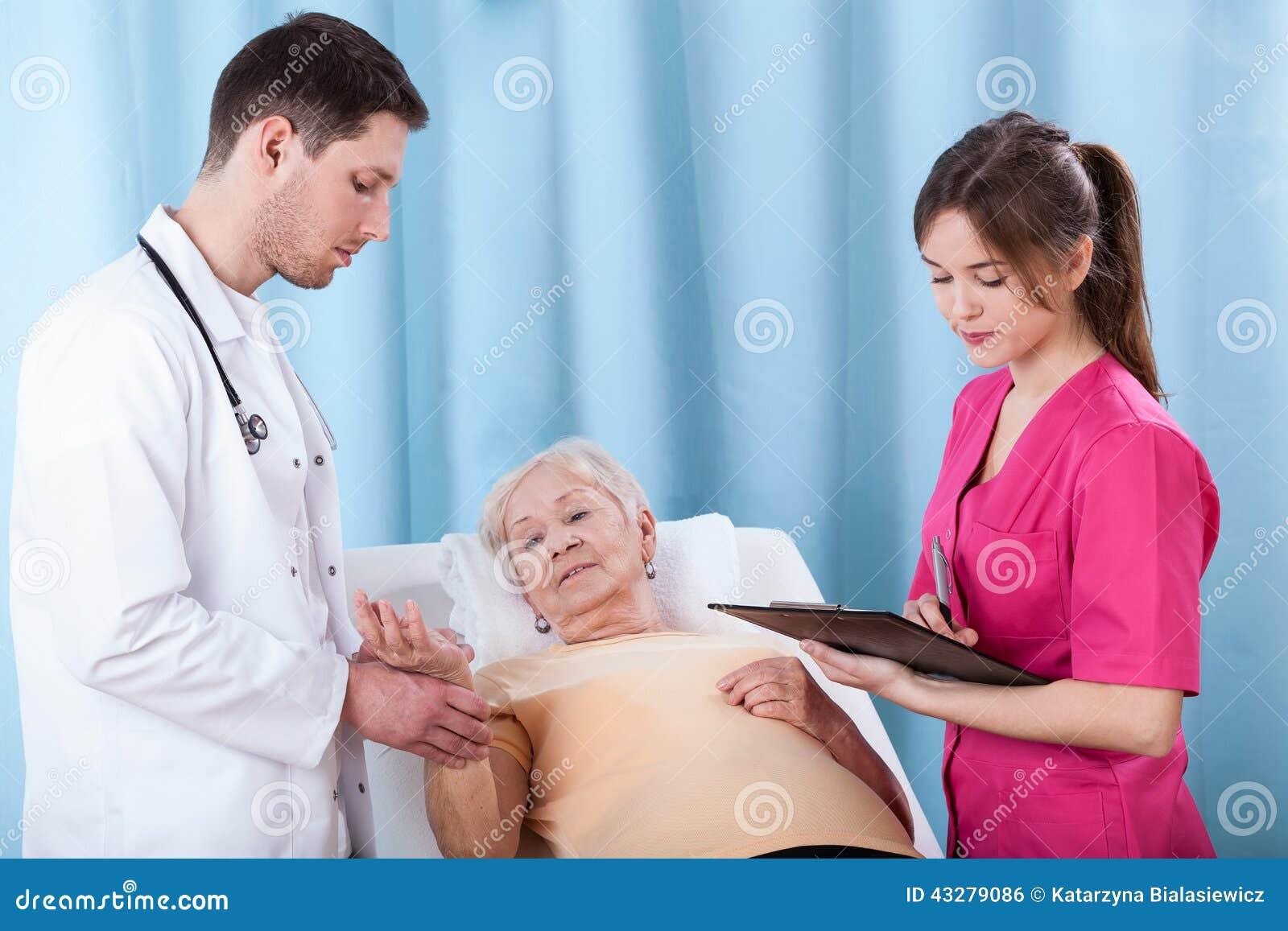 Doktoren, die ältere Frau bestimmen