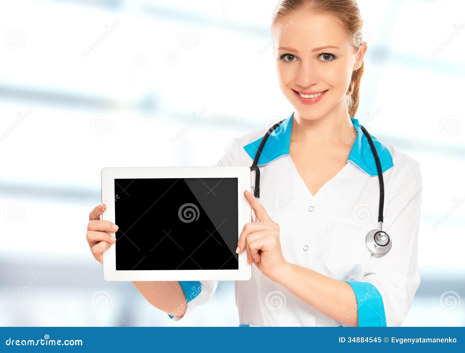 Doktorfrau, die einen leeren weißen Tablet-Computer hält