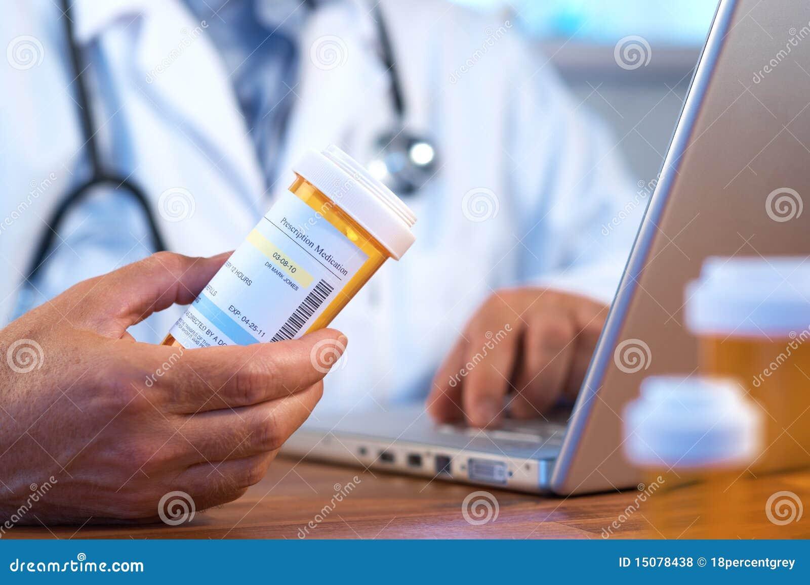 Doktorholding-Verordnungflasche mit Laptop