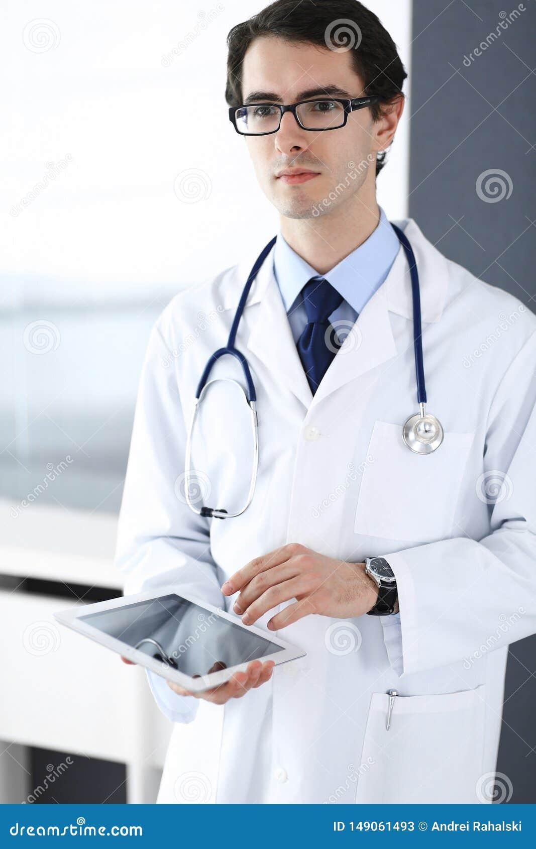 Doktormann unter Verwendung des Tablet-Computers f?r Netzforschung oder virtuelle Krankheitsbehandlung Perfekte ?rztliche Bem?hun