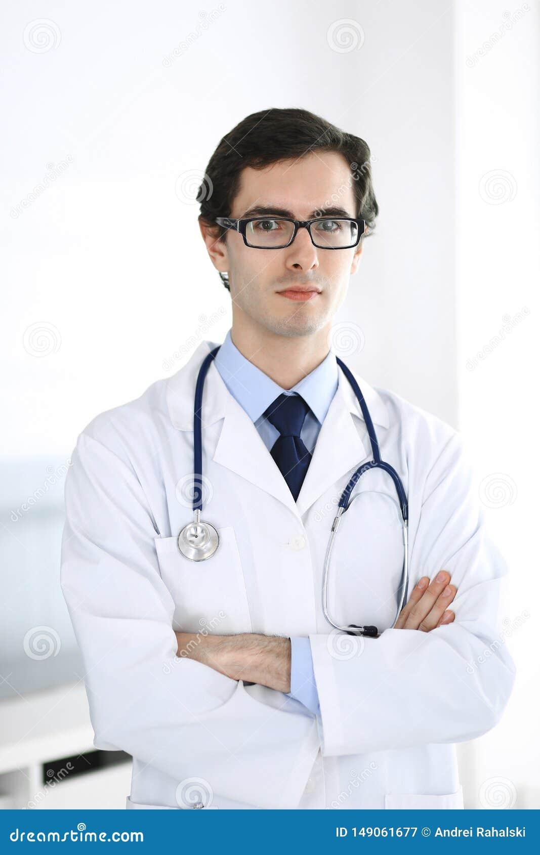 Doktormannstellung gerade mit den Armen kreuzte Perfekte ?rztliche Bem?hung in der Klinik Gl?ckliche Zukunft in der Medizin und