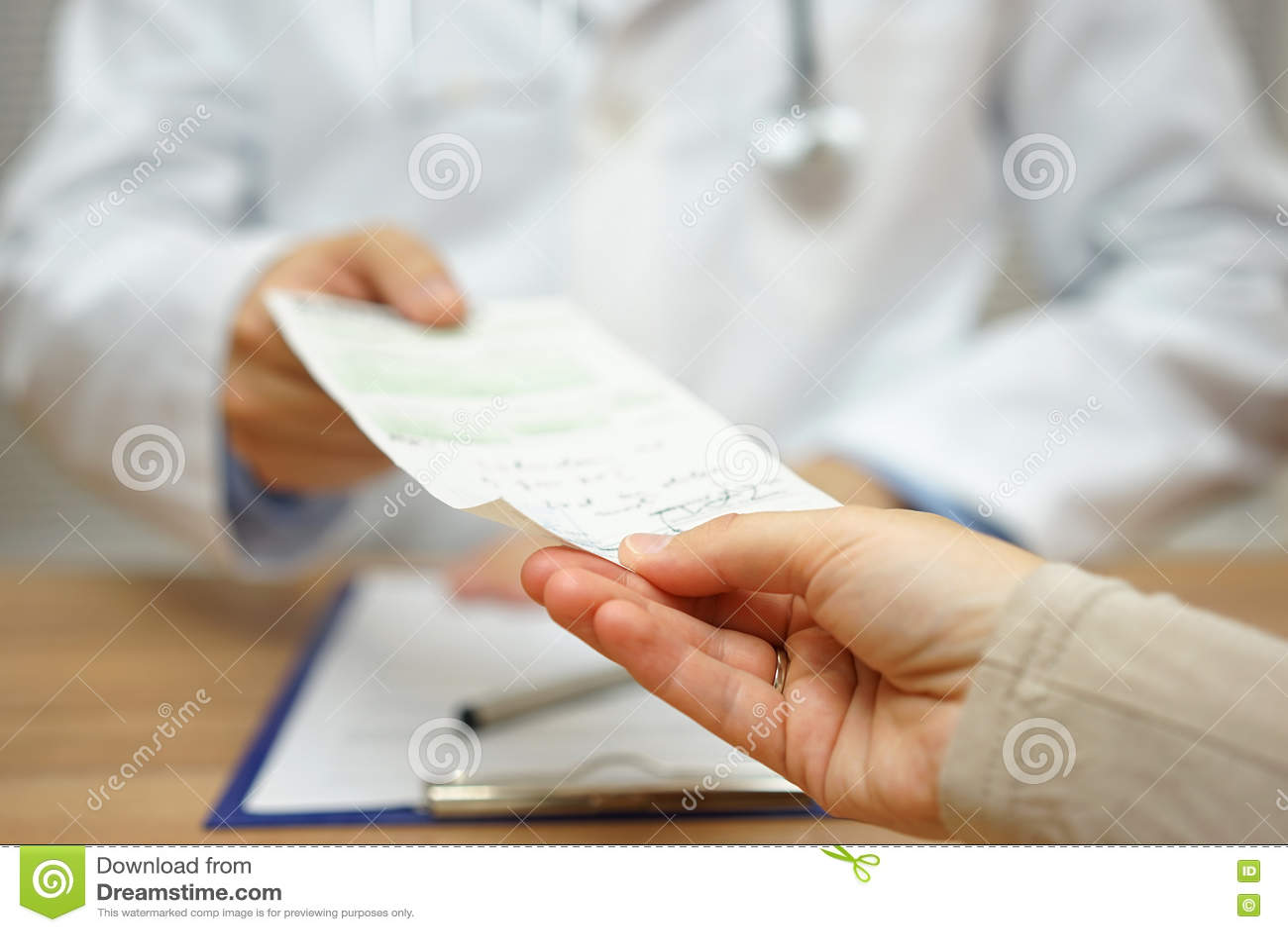 Doktorn ger ett recept till en kvinnlig patient