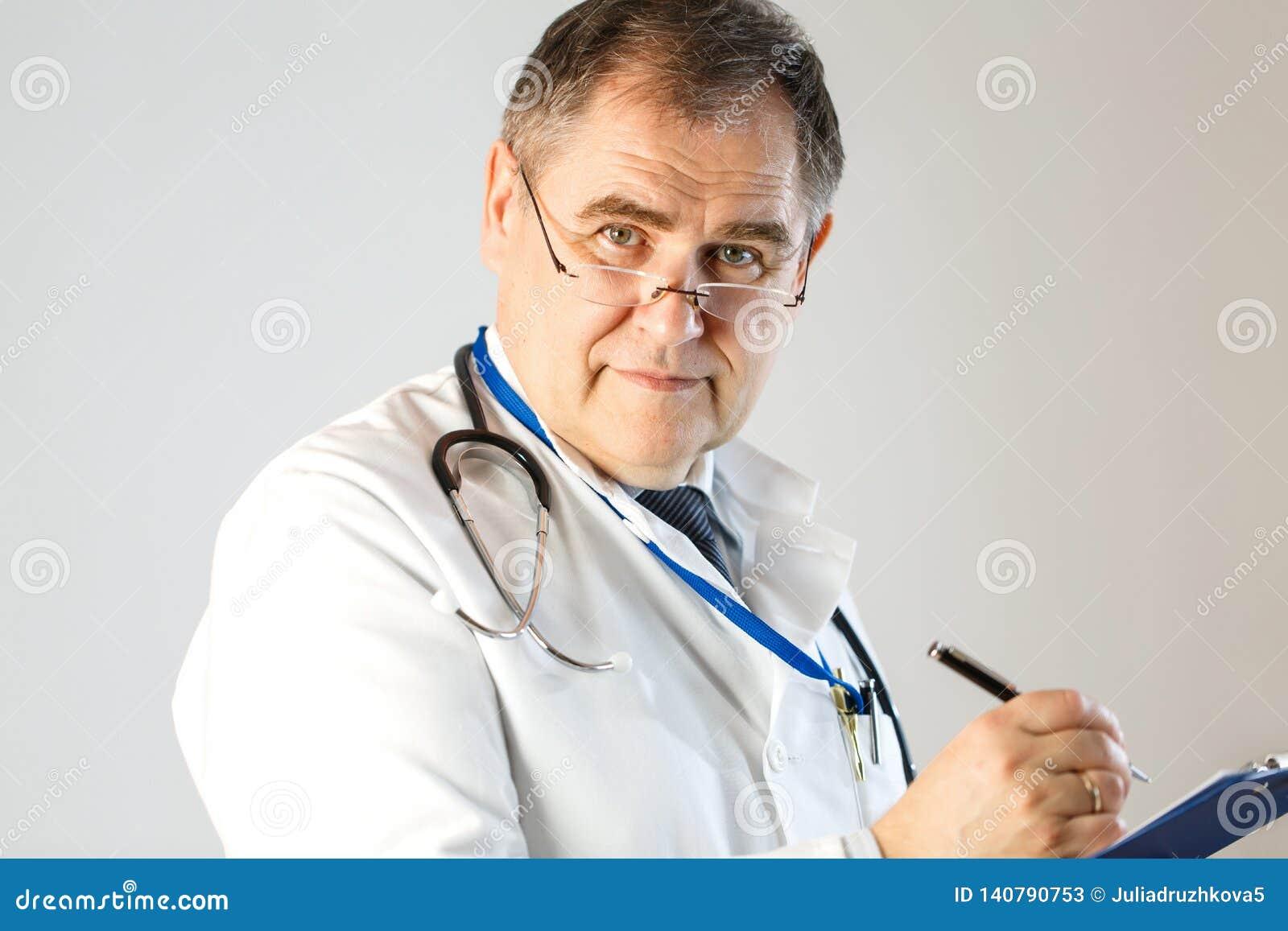Doktorn skriver ett recept och blickar in i framsidan