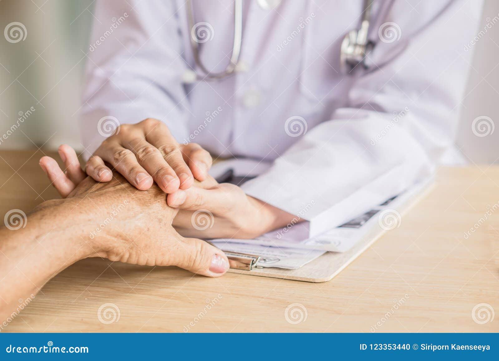 Doktorska mienie ręka i pocieszać starego pacjenta w szpitalu