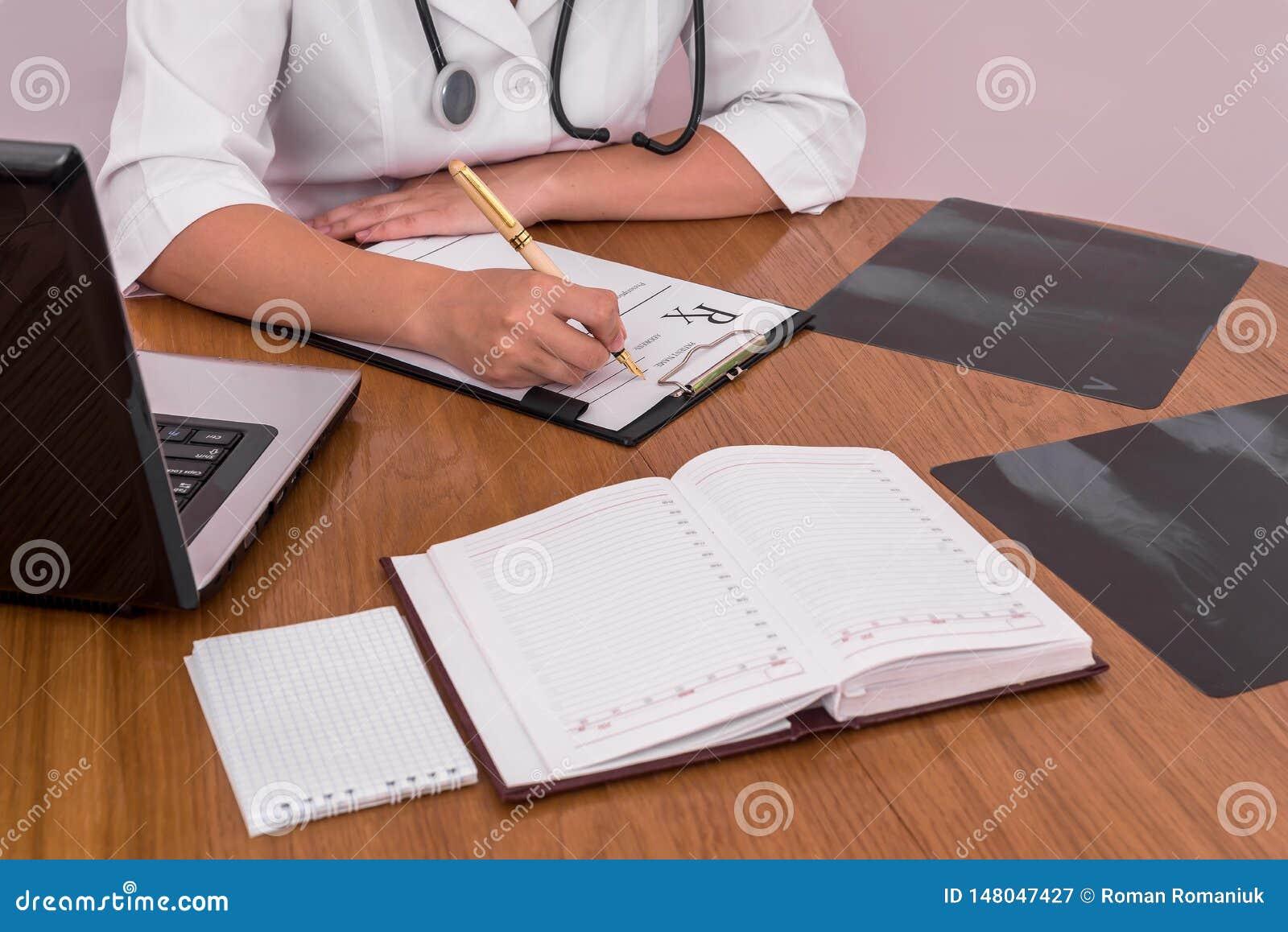 Doktorska podsadzkowa recepta z pacjenta promieniowaniem rentgenowskim na drewnianym stole